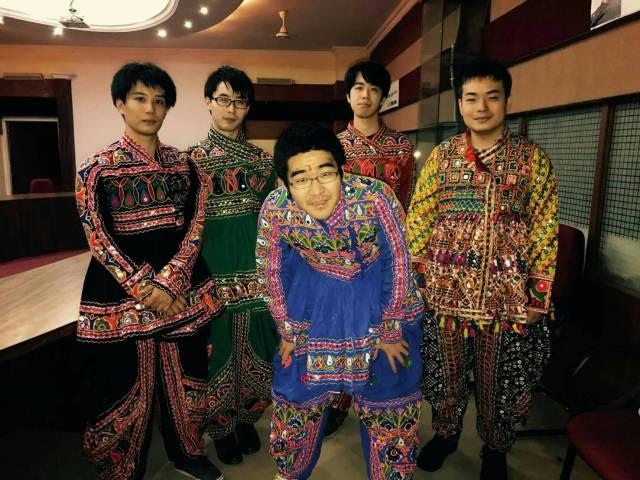 ダンディヤ衣装を着た男の子たちです。